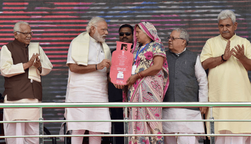 Modi-distributing-the-free-LPG-connections